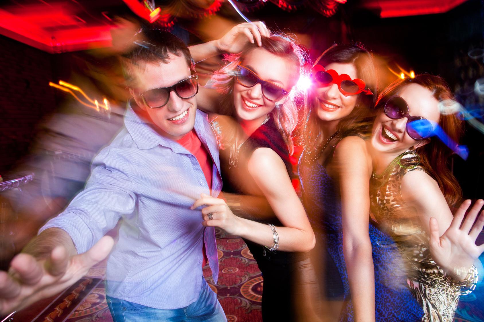 Молодежь оттягивается в ночном клубе — img 8